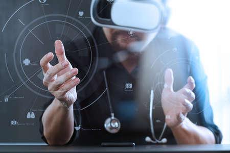仮想現実を身に着けているスマート ドクターの画面アイコン ダイアグラムと VR のヘッドセットを使用して携帯電話で近代的なオフィスにゴーグル