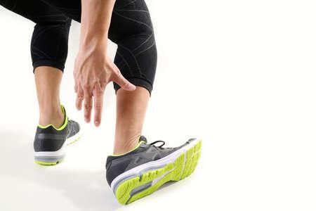 깨진 된 트위스트 공동 실행 스포츠 부상 및 흰색 배경에 발목으로 인해 발을 만지고하는 운동 남자와 고통에 발목을 들고 러너 운동가