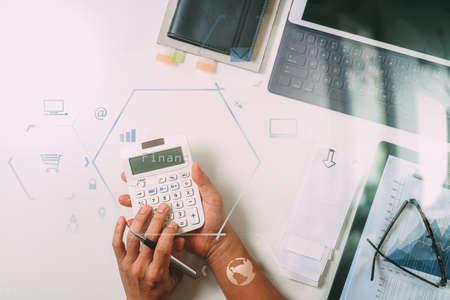 bovenaanzicht van zakenman hand werken met financiën over kosten en rekenmachine en latop met mobiele telefoon op withe bureau in moderne kantoor met VR pictogram diagram
