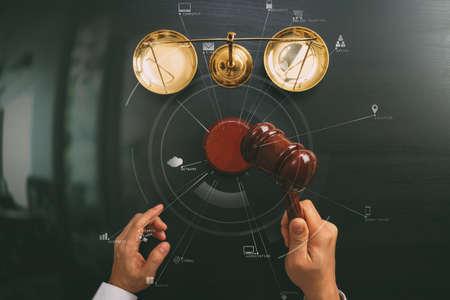 Le concept de la justice et de la loi.La vue du juge masculin maintient une salle d'audience avec l'échelle du marteau et du laiton sur la table en bois sombre avec diagramme Vr Banque d'images - 81577274