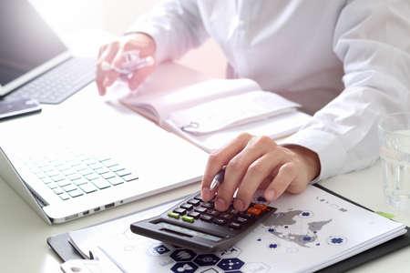 Koncepcja kosztów i opłat opieki zdrowotnej. Ręka inteligentnego lekarza użyła kalkulatora kosztów leczenia w nowoczesnym szpitalu