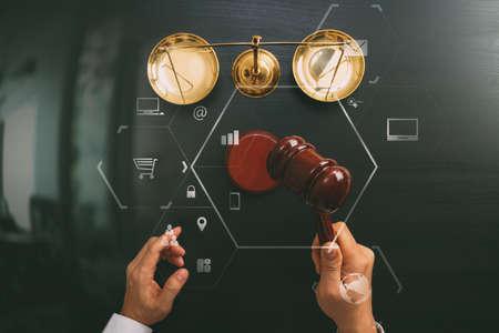 Concept de la justice et de la loi. Vue d'ensemble du juge masculin main dans une salle d'audience avec l'échelle de marteau et de laiton sur la table en bois sombre avec diagramme Vr Banque d'images - 83658728