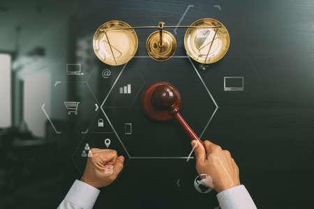 Concept de la justice et de la loi. Vue d'ensemble du juge masculin main dans une salle d'audience avec l'échelle de marteau et de laiton sur la table en bois sombre avec diagramme Vr Banque d'images - 83658830