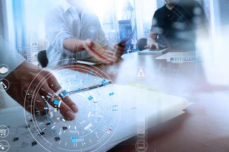 노트북 및 디지털 태블릿 컴퓨터와 현대 사무실에서 휴대 전화를 사용하는 사업가의 손에 VR 아이콘 다이어그램 스톡 콘텐츠 - 88996459