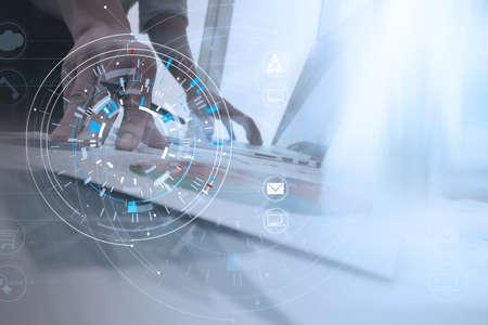 노트북 및 디지털 태블릿 컴퓨터 현대 사무실에서 휴대 전화를 사용 하여 사업가 사업가의 손에 금융 팀 회의 VR 아이콘 다이어그램 스톡 콘텐츠 - 88997010