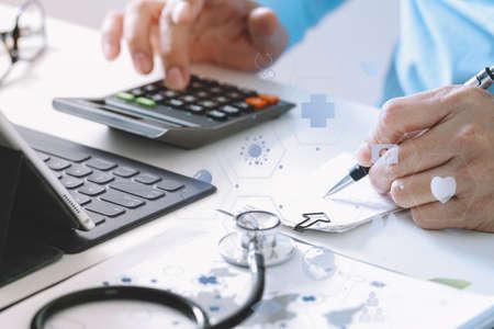 Le coût des soins de santé et le concept de frais. La main du médecin intelligent a utilisé une calculatrice pour les coûts médicaux dans l'hôpital moderne avec le diagramme d'icône VR Banque d'images - 88997078