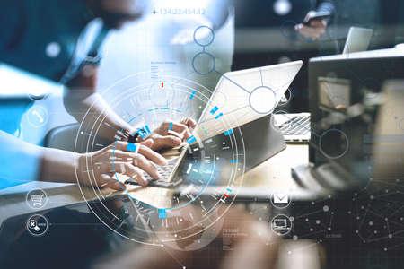 Entwicklung von Programmier- und Codiertechnologien Website-Teamdesign. Cyberrauminhalt Großes Datenkonzept mit VR-Diagramm. Standard-Bild
