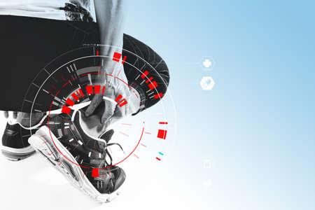 Läufersportler, der Knöchel in den Schmerz mit gebrochener verdrehter tragender Sportverletzung des Gelenkes und rührender Fuß des athletischen Mannes wegen der Verstauchung mit medizinischem Scannen VR hält