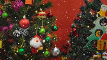 Gruß-Saison-Konzept. Santa Claus zeigen 1 Tage bis Weihnachten mit Ornamenten auf einem Weihnachtsbaum mit dekorativen Licht Standard-Bild