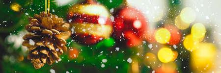 Greeting Season concept.wide Schuss von Ornamenten auf einem Weihnachtsbaum mit dekorativen Licht