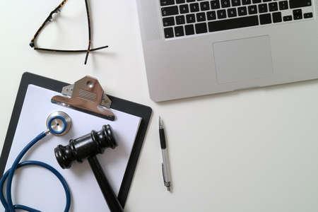 흰색 책상에 노트북 근처 의료 청진 기와 다크 디노 법원 개념