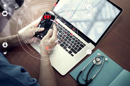 Medizintechnikkonzept, intelligente Doktorhand, die mit modernem Computer im Krankenhausbüro mit virtuellem Ikonendiagramm arbeitet
