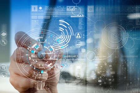 Geschäftsmannhand, die mit moderner Technologie- und Digitalschichteffekt als Geschäftsstrategiekonzept mit VR-Diagramm arbeitet