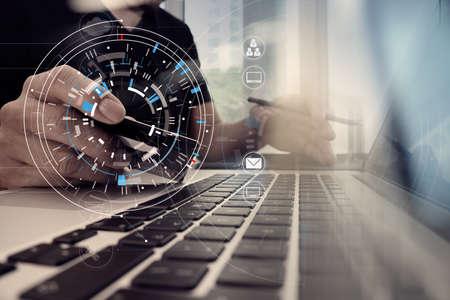 Sluit omhoog van Hand gebruikend creditcard en laptop computer op houten bureau met VR-de grafiekdiagram van de pictogramgrafiek Stockfoto