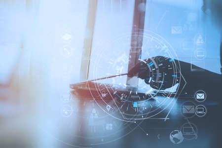 仮想アイコン図で現代のオフィスで現代のラップトップコンピュータで作業するビジネスマンの手