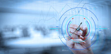 Konzept des Fokus auf das Ziel mit digitalem Diagramm. Abschluss der Geschäftshandarbeit mit neuem modernen Computer und Geschäftsstrategie als Konzept