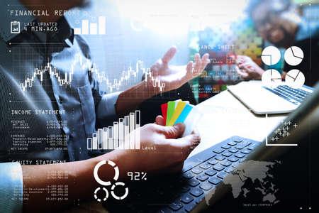 Datos del informe financiero de las operaciones comerciales (balance y estado de resultados y diagrama) como concepto Fintech.Proceso de coworking, equipo emprendedor que trabaja en un espacio de oficina creativo y usa una tableta digital.