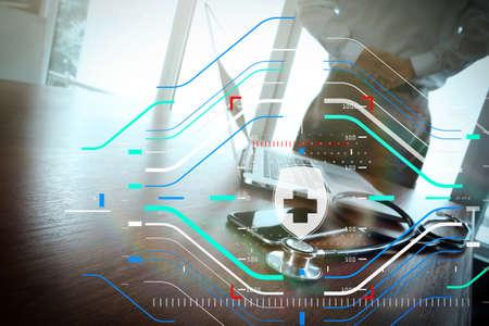 Proteccion de la salud. Concepto médico y de atención médica Doctor que trabaja en el espacio de trabajo con una computadora portátil en la oficina del espacio de trabajo médico y el diagrama de medios de la red médica como concepto