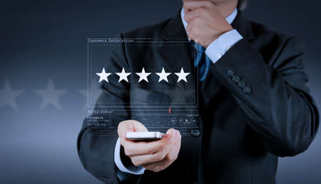 Die Bewertung mit fünf Sternen (5) bei einem Geschäftsmann berührt den Bildschirm des virtuellen Computers. Für positives Kundenfeedback und Bewertung mit hervorragender Leistung. Standard-Bild