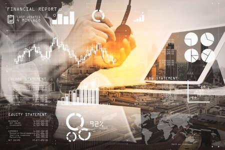 Datos del informe financiero de las operaciones comerciales (balance y estado de resultados y diagrama) como concepto de Fintech. Doble exposición del hombre de negocios utilizando auriculares VOIP con tableta digital.