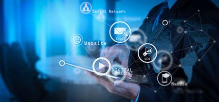 Medios de marketing digital (anuncio de sitio web, correo electrónico, red social, SEO, video, aplicación móvil) en pantalla virtual. El hombre de negocios que trabaja con la nueva computadora moderna muestra la estructura de la red social como concepto. Foto de archivo - 101273933
