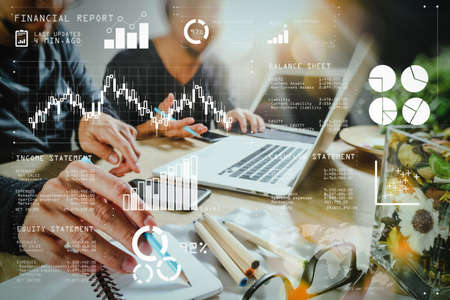 Financiële rapportgegevens van bedrijfsactiviteiten (balans en resultatenrekening en diagram) als Fintech-concept. Medewerker die VOIP-headset gebruikt met een digitaal tabletcomputer die een slim toetsenbord dockt.