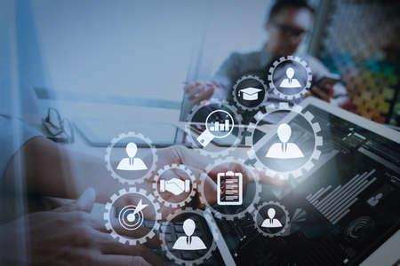 Gestione delle risorse umane con il concetto di lavoro aziendale di reclutamento. Il responsabile delle risorse umane sta selezionando il candidato per l'assunzione con un computer con schermo virtuale.