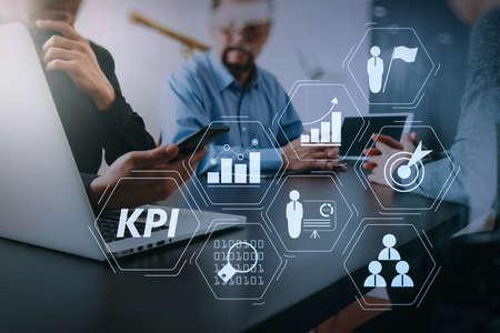 Indicatore di prestazione chiave (KPI) che lavora con metriche di Business Intelligence (BI) per misurare i risultati e il concetto di riunione del team di lavoro pianificato target.co, uomo d'affari che utilizza smartphone e tablet digitale e computer portatile.