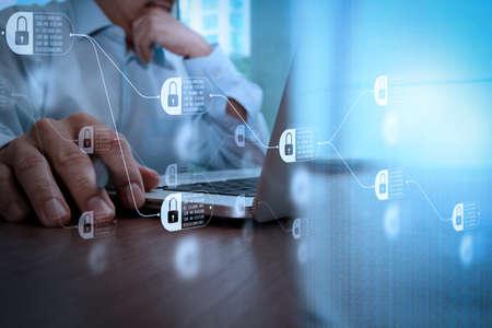 Concetto di tecnologia blockchain con diagramma di catena e blocchi crittografati. stretta di mano di uomo d'affari lavorando sul computer portatile con diagramma di social media sulla scrivania in legno Archivio Fotografico