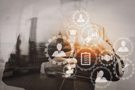採用業務の業務コンセプトを持つ人事管理人事部長は、仮想画面コンピュータで採用候補者を選択しています。 写真素材 - 101363391