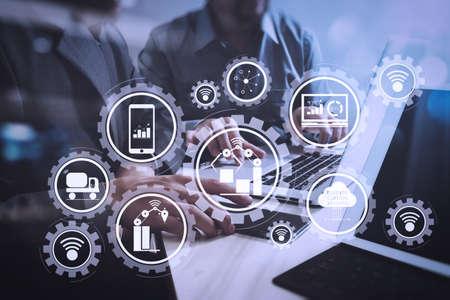 Usine intelligente et industrie 4.0 et robots de production connectés échangeant des données avec l'Internet des objets (IoT) avec la technologie du cloud computing.