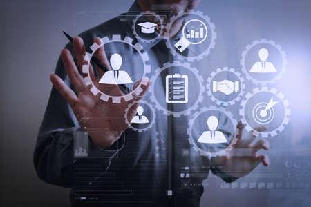 Zarządzanie zasobami ludzkimi z koncepcją pracy firmy rekrutacyjnej. Menedżer HR wybiera kandydata do zatrudnienia z wirtualnym ekranem komputera.