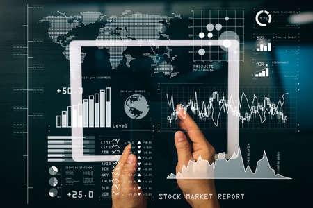 Inversor que analiza el informe del mercado de valores y el tablero financiero con inteligencia empresarial (BI), con indicadores clave de rendimiento (KPI) .Concepto de red e internet de seguridad cibernética. Mano de hombre de negocios trabajando con VR.