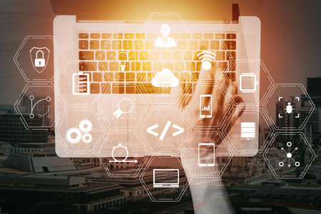 Entwickler von Codierungssoftware arbeiten mit Augmented-Reality-Dashboard-Computersymbolen für die agile Scrum-Entwicklung und Code-Fork und -Versionierung mit reaktionsschneller Cybersicherheit.