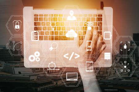 Lo sviluppatore di software di codifica lavora con le icone del computer del cruscotto di realtà aumentata dello sviluppo agile di Scrum e del fork del codice e del controllo delle versioni con la cybersecurity reattiva.
