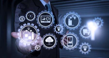 Fabbrica intelligente e industria 4.0 e robot di produzione connessi che scambiano dati con l'Internet delle cose (IoT) con la tecnologia del cloud computing