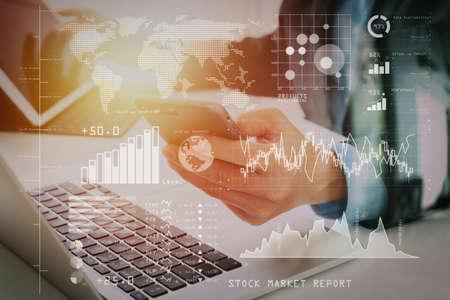主要業績評価指標 (KPI) を使用して、株式市場レポートと財務ダッシュボードをビジネス インテリジェンス (BI) で分析する投資家。現代のオフィスで携帯電話を使用してビジネスマンの手。