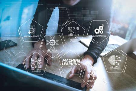 人工知能(AI)、ニューラルネットワーク、オートメーション、VR画面でのデータマイニングを用いた機械学習技術図。ウェブサイトデザイナーは、スマートフォンでデジタルタブレットドックキーボードとコンピュータラップトップを動作します。 写真素材