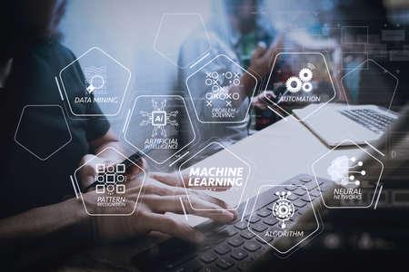 人工知能(AI)、ニューラルネットワーク、オートメーション、VR画面でのデータマイニングを用いた機械学習技術図。コワーキングプロセス、デジタルタブレットを使用して創造的なオフィス空間で働く起業家チーム。