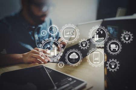 スマートファクトリーとインダストリー4.0、クラウドコンピューティング技術でモノのインターネット(IoT)とデータを交換するコネクテッドプロダクションロボット。共同作業プロセス、クリエイティブオフィススペースで働く起業家チーム。 写真素材 - 102400242