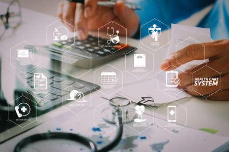 Schemat systemu opieki zdrowotnej z kontrolą stanu zdrowia i objawami na desce rozdzielczej VR Koncepcja kosztów i opłat opieki zdrowotnej Ręka inteligentnego lekarza użyła kalkulatora kosztów leczenia w nowoczesnym szpitalu