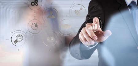 Gestión de procesos de negocio con diagrama de automatización de flujo de trabajo y engranajes en diagrama de flujo virtual.Pantalla táctil de computadora de trabajo de éxito empresarial con su equipo como concepto