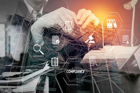 Diagrama virtual de cumplimiento para regulaciones, leyes, estándares, requisitos y auditoría. Hombre usando auriculares VOIP con tableta digital como comunicación de concepto o soporte o centro de llamadas y servicio al cliente.