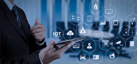 Technologie Internet des objets (IOT) avec AR (réalité augmentée) sur le tableau de bord VR.Homme d'affaires travaillant avec une tablette numérique.