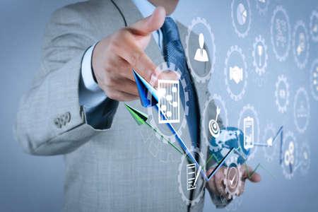 スケジュール、予算作成、コミュニケーション.ビジネスマンの手描き円グラフと3Dグラフのアイコンを持つプロジェクト管理付きAR仮想画面ダッシュボード