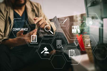 Diagrama virtual de cumplimiento para regulaciones, leyes, estándares, requisitos y auditoría.La mano de Hipster usando un teléfono inteligente, un teclado de acoplamiento de tableta digital, una taza de café, pagos de negocios en línea, sentado en un sofá en la sala de estar