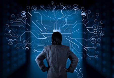 Künstliche Intelligenz (KI), maschinelles Lernen mit Data Mining-Technologie auf virtuellem Datenträger. Geschäftsmann, der mit modernem Computer-Big-Data-Bildschirm arbeitet.
