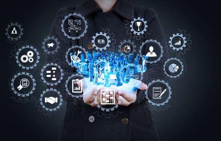 Panel de control de pantalla virtual AR con gestión de proyectos con iconos de programación, presupuestación, comunicación.La empresaria que usa una tableta muestra el concepto de red social