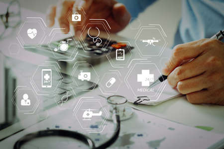 Diagramm der Allgemeinmediziner (GMS) und Allgemeinmediziner (Allgemeinmediziner oder Hausärzte). Konzept der Kosten und Gebühren für das Gesundheitswesen. Die Hand des intelligenten Arztes verwendete einen Taschenrechner für die medizinischen Kosten in modernen Krankenhäusern
