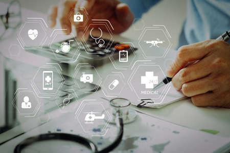 Schemat ogólnych usług medycznych (GMS) i lekarzy ogólnych (lekarze pierwszego kontaktu lub lekarze rodzinni) Koncepcja kosztów i opłat opieki zdrowotnej Ręka inteligentnego lekarza użyła kalkulatora kosztów leczenia w nowoczesnym szpitalu